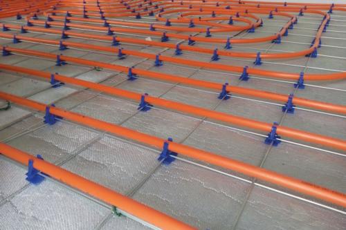 La sous-couche acoustique insulit Bi+9 est compatible avec un système de chauffage par le sol