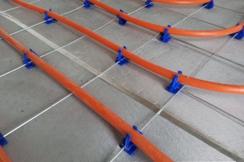 Lors de la pose d'un système de chauffage par le sol, faire attention à ne pas transpercer la membrane acoustique insulit Bi+9