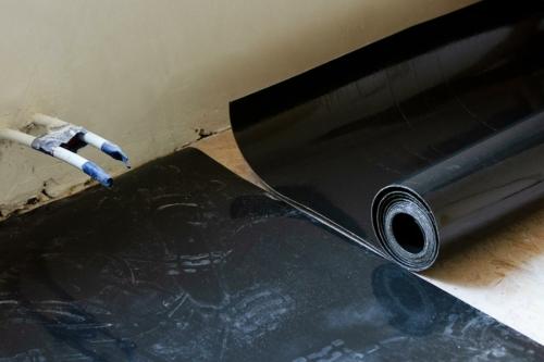 insulMass 3.5 dunne geluidsisolatie op houten vloer